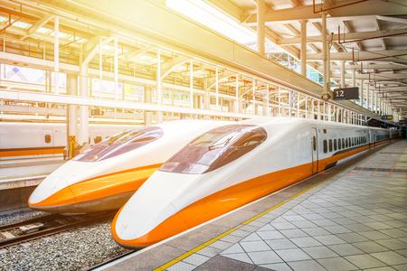 KAOHSIUNG -TAIWAN 18 AOÛT 2013: Station de Kaohsiung ferroviaire Taiwan High Speed ??plate-forme 18 Août 2013 à Kaohsiung, chemin de fer à grande vitesse de Taiwan est devenu le transport le plus important Banque d'images - 59321739