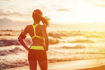 Femme coureur le sport de fitness se préparer pour le jogging en plein air sur la forêt Banque d'images