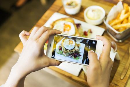closeup main holding téléphone tir photographie alimentaire Banque d'images