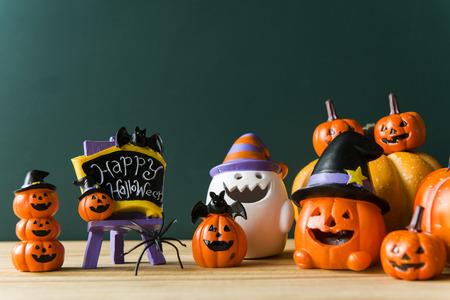 Halloween-stilleven met pompoenen en Halloween-vakantietekst Stockfoto