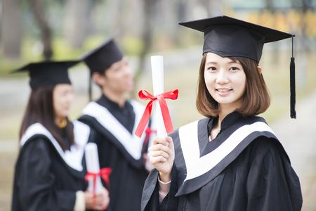 Groep succesvolle studenten op hun graduatiedag