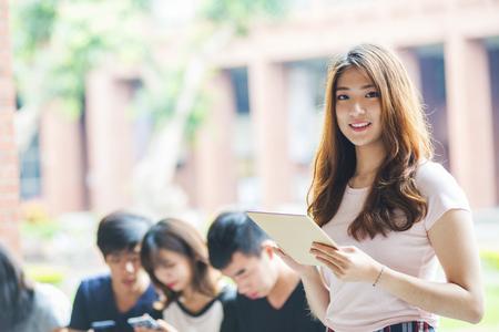 groep van gelukkige tiener middelbare school studenten buitenshuis