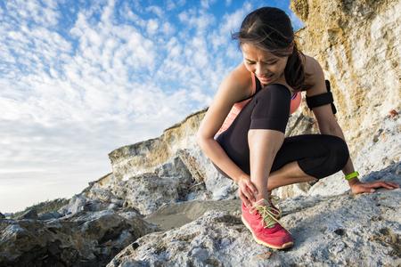 sport vrouw kramp in been en pijn voelen