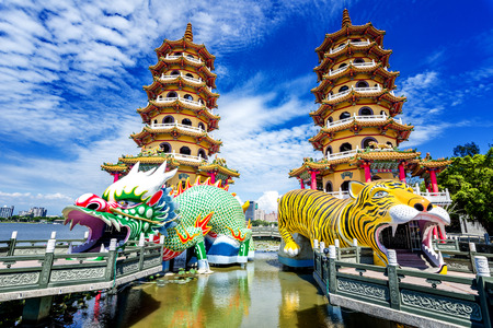 Kaohsiung, Taiwan Dragon and Tiger Pagodas at Lotus Pond. 免版税图像