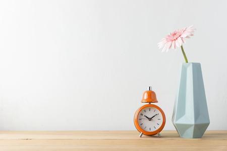 木製のテーブルと白い壁の屋内植物 写真素材