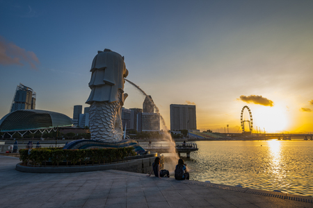 Singapore - April 2017: The Merlion Statue fountain with the City Skyline, Marina Bay, Singapore in April, 2017 Éditoriale