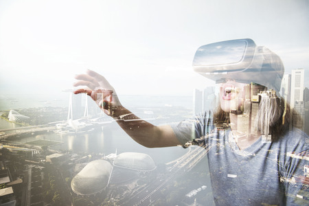 woman using the virtual reality headset Banque d'images