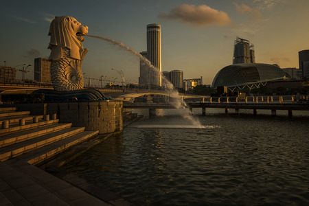 MARINA BAY, SINGAPORE – 5222014: View of the business district and The Merlion Park & Moving clounds at night with Singapore city background. The Merlion is the national personification of Singapore Éditoriale