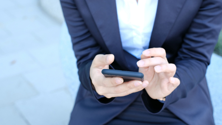 Woman use of cellphone at evening Banque d'images