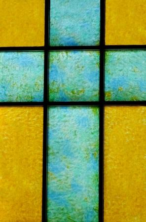 Eine blaue und gelbe Glasmalerei Kreuz