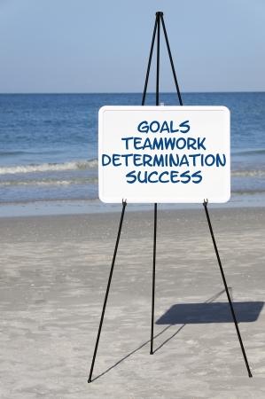 """Ein Ozean-Szene mit einem Whiteboard, das sagt """"Ziele, Teamwork, Entschlossenheit, Erfolg"""". Standard-Bild - 15803297"""