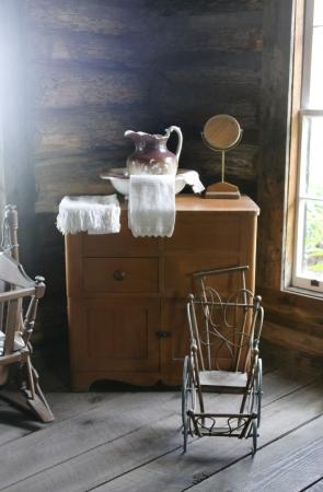 wash basin: Old antique wash basin and dresser in a log cabin.