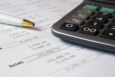 perdidas y ganancias: Imagen que muestra beneficios c�lculos de p�rdida con pluma & calculadora.