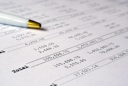 perdidas y ganancias: Calcuations ganancias & p�rdida con l�piz Foto de archivo