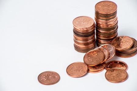 Verouderde Canadese pence gestapeld op een witte achtergrond.
