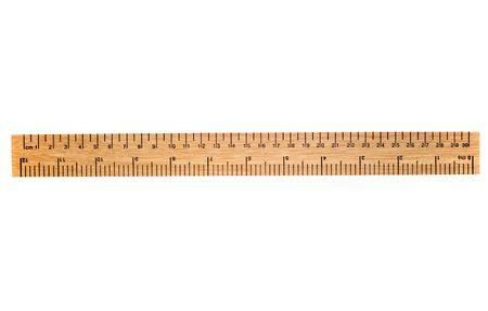 Una regla de madera de 30 cent�metros, aislada en un fondo blanco. Mu�valo de un tir�n encima para una regla de 12 pulgadas. Foto de archivo - 912524