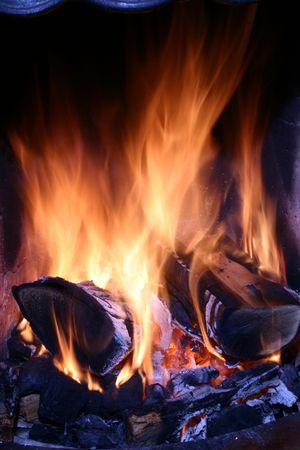 log fire: Primo piano di un fuoco a legna.