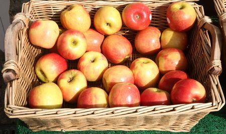 greengrocer: Manzanas en una canasta fuera de una tienda de verduras brit�nico.