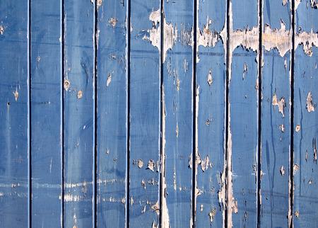peeling paint: Una vecchia blu dipinto staccionata in legno con peeling vernice.  Archivio Fotografico