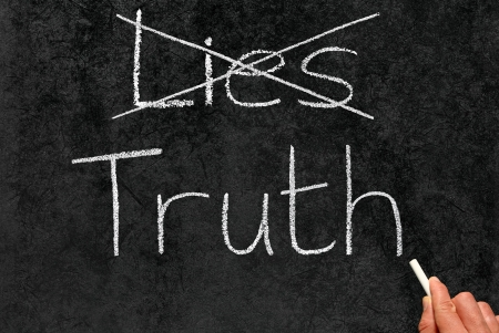 honestidad: Mentiras tachando la Verdad y la escritura en una pizarra. Foto de archivo