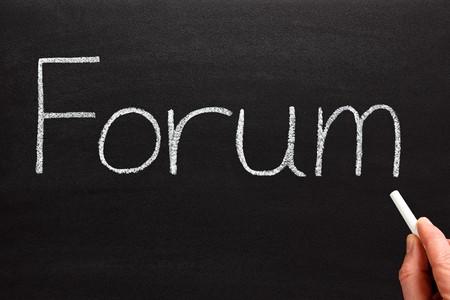 communication �crite: �criture forum avec la craie blanche sur un tableau noir.  Banque d'images