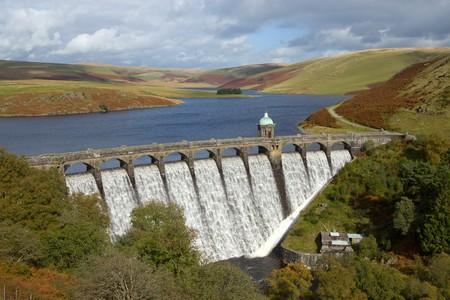 Embalse de Craig Goch con agua desbordante, Valle de Elan, Gales.