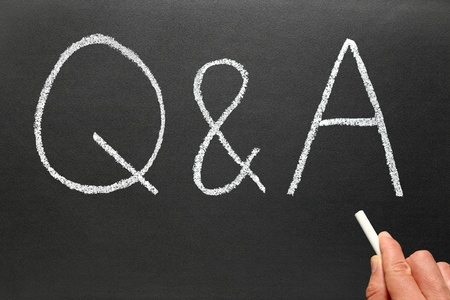answers questions: Scrittura Q&A, domande e risposte su una lavagna.