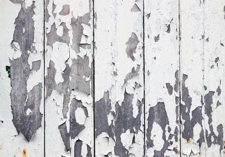 오래 된 풍 화 나무 울타리에 흰색 색다른 페인트. 스톡 콘텐츠