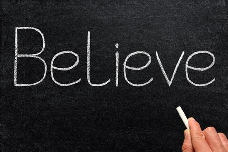believe: Creemos, escrito con tiza en una pizarra.