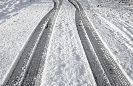 Primo piano tracce di pneumatici di neve su una strada.