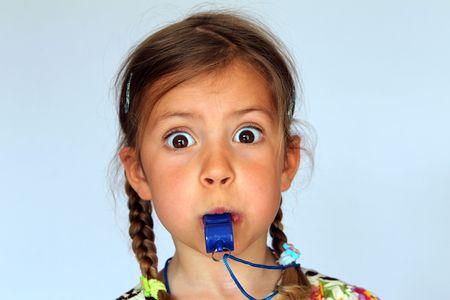 blow: Giovane ragazza che soffia un fischio cos� difficile come lei pu�