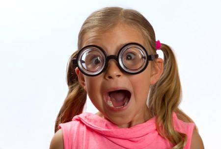 round glasses: Ni�a con gafas redondas y grandes haciendo una expresi�n tonta