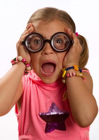 round glasses: Ni�a usan grandes gafas redondas y haciendo una expresi�n tonta