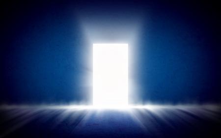 Glowing uscire dalla stanza buia. Sfondo, template, mock up
