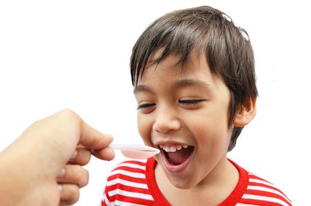 Jongetje drinken siroop geneeskunde vloeibare moeder de hand-feed