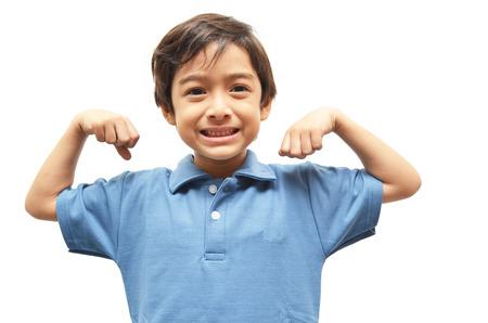 Weinig jongen die zijn spieren op wit Stockfoto