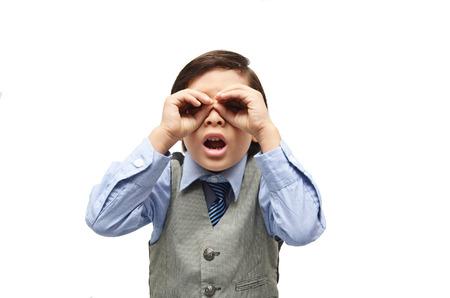 cara sorpresa: ni�o con la mano en los ojos explorar cara de sorpresa en el fondo blanco