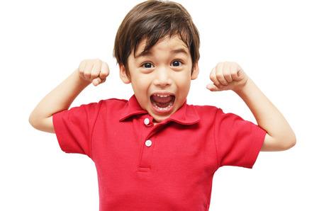 白い背景の上の彼の筋肉を示す小さな男の子