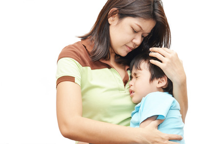 caras tristes: Madre con hijo en el niño el brazo doloroso
