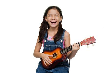 Meisje speelt ukelele op een witte achtergrond