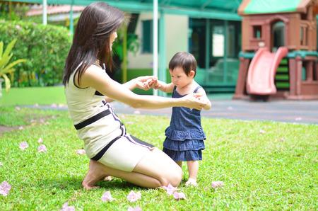 Moeder die baby's hand tijdens het lopen