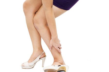 convulsion: Mujer que tiene dolor en el tobillo en el fondo blanco