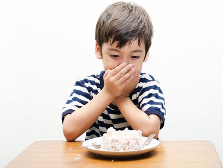 Kleine jongen wil niet zijn maaltijd te eten Stockfoto
