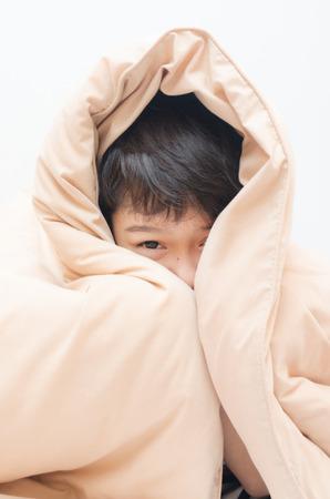 Weinig jongen onder deken