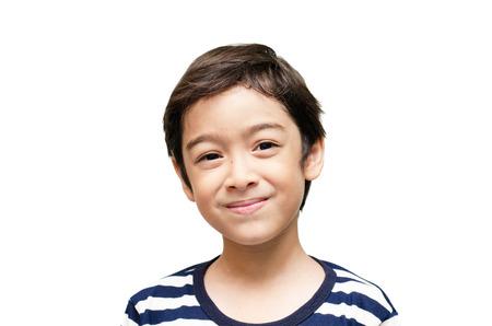 Weinig gelukkige jongen kijkt naar camera portret