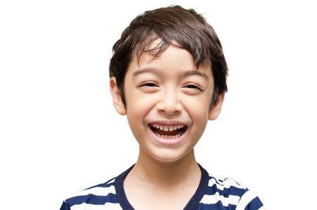 Маленький мальчик смеяться счастливым, глядя на камеру Портрет