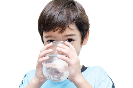 kleine jongen drinkt water uit een glas Stockfoto