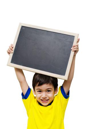 Kleine jongen die een bord op een witte achtergrond