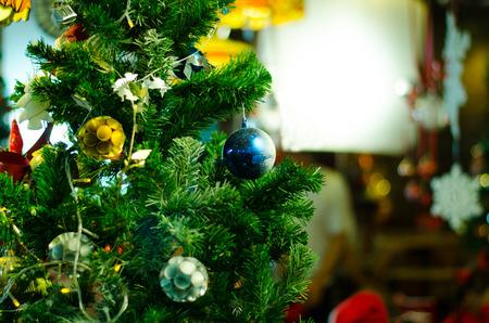 Chrismas Bälle und Dekoration auf chrismas Baum