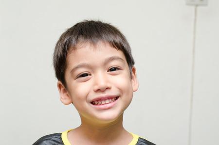 Kleine jongen lachend portret op witte achtergrond